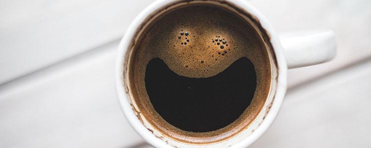 Imagem de um copo de café com um sorriso