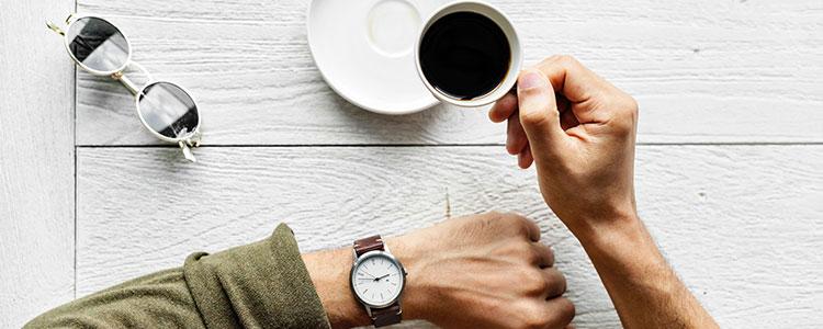 Imagem de um homem tomando café