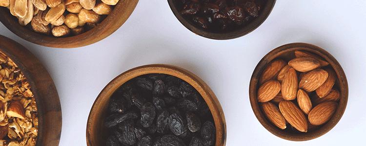 Lanches saudáveis, mix de castanhas e frutas secas